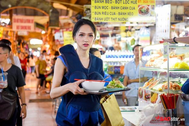 """Hương Giang làm """"shipper"""" mì Quảng để giúp đỡ một gia đình có hoàn cảnh khó khăn."""