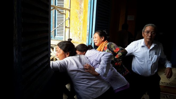 Người thân của nạn nhân gào khóc, phẫn nộ khi nhìn thấy bị cáo. Ảnh: Pháp Luật Việt Nam