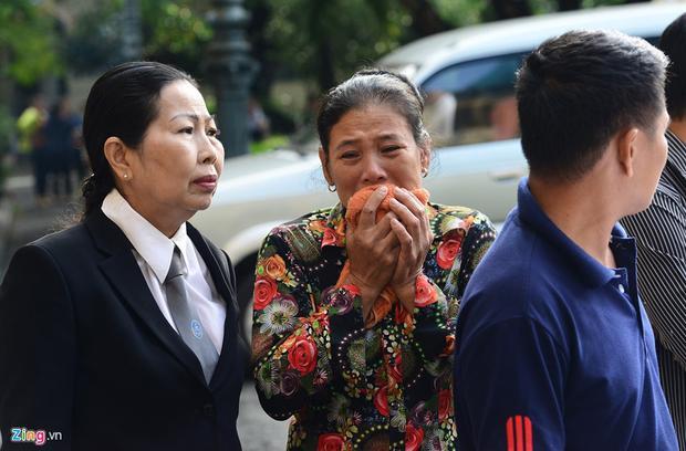 """Nói chuyện với luật sư, chị và em gái của ông Chinh bật khóc. """"Đau xót lắm"""", bà Hường, chị của ông Chinh, nghẹn ngào. Ảnh: Zing.vn"""