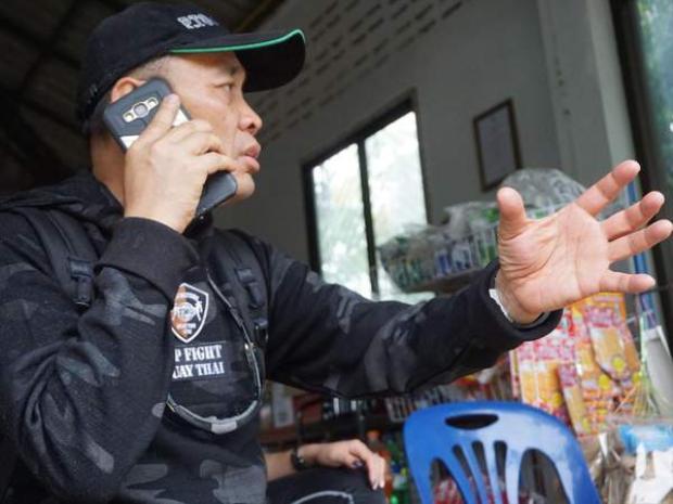 Ông Toontong đang trao đổi phương án dự phòng qua điện thoại.