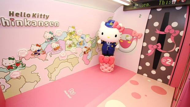 Ngoài ra còn có photo booth cho những tín đồ sống ảo cùng chú mèo nổi tiếng này. Ngoài âm báo tàu thông thường của tàu Shinkansen, đoàn tàu Hello Kitty âm báo riêng - nhạc phim chủ đề - mỗi khi tàu vào bến.