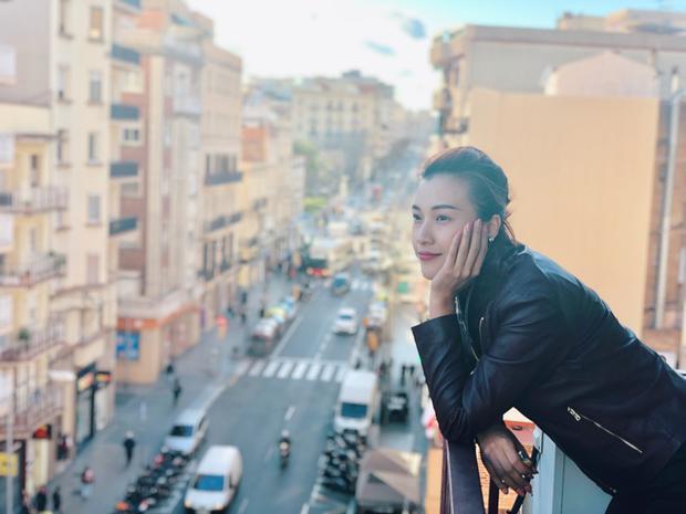 MC Hoàng Oanh vừa có thời gian công tác kết hợp du lịch ở Tây Ban Nha. Trở về sau chuyến đi, Hoàng Oanh cho hay Barcelona là thành phố cô yêu thích nhất bởi vẻ đẹp kết hợp giữa cổ điển và hiện đại, sôi động và bình yên nơi đây.