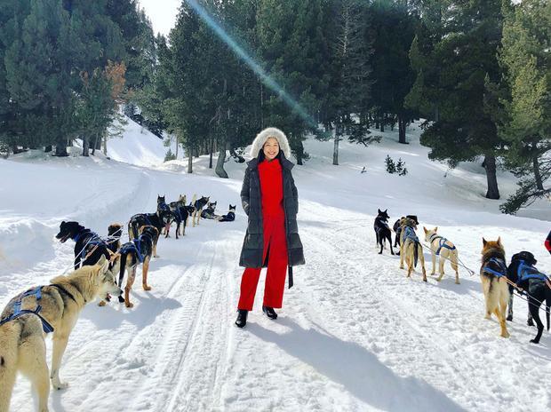 """Phương tiện di chuyển trên những ngọn đồi tuyết trắng là xe chó kéo. Một xe thường có 12 chú chó dũng mãnh. Nữ MC cho biết cô may mắn được thử loại phương tiện này. """"Khi được ngồi trên xe, cùng hòa mình vào thiên đường tuyết trắng Val d'Aran, đó thật sự là một cảm giác hạnh phúc khó tả"""", cô nói."""
