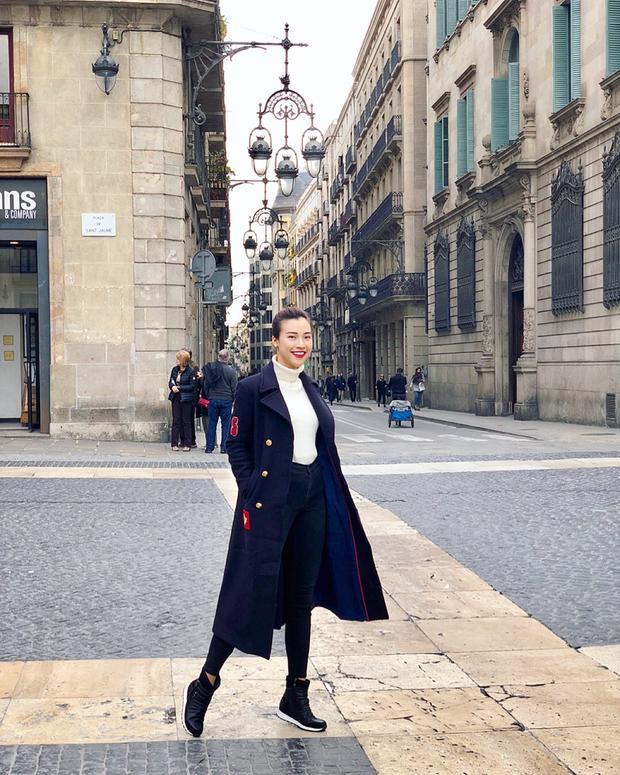 Chia sẻ với Zing.vn, Hoàng Oanh cho biết cô yêu Barcelona bởi vừa có núi lại có biển, con người vô cùng thân thiện cùng khí hậu Địa Trung Hải ôn hòa. Trong hơn 15 miền đất trên thế giới từng đặt chân đến, Barcelona khác biệt bởi ngoài ghé chân như một điểm đến du lịch, nơi này cũng để lại cho cô nhiều vương vấn khó quên.