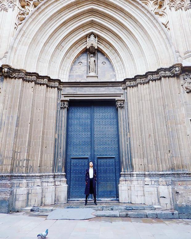 Với Hoàng Oanh, đây là một trong những thành phố đáng sống nhất trên thế giới với kiến trúc, văn hóa mang đậm nét châu Âu và cũng là nền văn minh của nhân loại mấy ngàn năm qua. Tòa nhà Casa Vincens, nhà thờ Sagrada Familia hay phố cổ Barri Gotic là những địa điểm phải đến với những người yêu thích nền văn hóa và kiến trúc châu Âu.