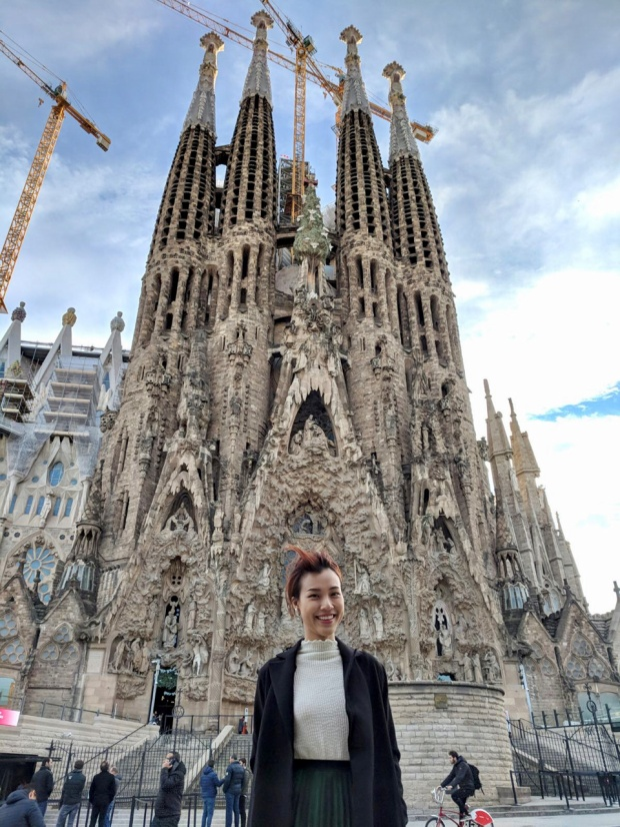 Hoàng Oanh với tình yêu dành cho nền văn hóa độc đáo của Barcelona đã có thời gian tìm hiểu thánh đường Sagrada Familia. Nơi được xây dựng cách đây hơn 136 năm nhưng tới giờ vẫn chưa hoàn thành vì sự ra đi của kiến trúc sư chính. Đến nay, sau khi có người tiếp quản và nghiên cứu lại bản vẽ, tòa thánh đường mới đang dần hoàn thiện. Nhà thờ có hình dáng lạ lùng, sáng tạo và sắc sảo đến từng chi tiết.