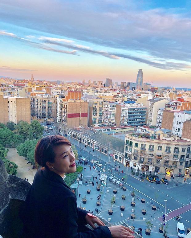 2 ngày ở Barcelona mang đến cho MC Hoàng Oanh nhiều bất ngờ vì vẻ đẹp của thành phố. Gothic Corner - khu phố cổ kính đem đến cho du khách những ngóc ngách đi dạo một mình, khám phá nền văn hóa châu Âu cổ - là nơi Hoàng Oanh thích nhất. Hay Casa Batllo - ngôi nhà của những bộ xương, một công trình kiến trúc của Gaudi - cũng là nơi làm cô mê mẩn.