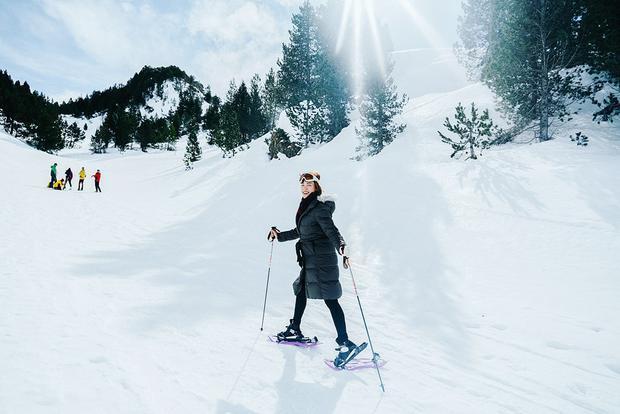 Một trong những trải nghiệm thú vị nhất của Hoàng Oanh khi đến đây là được trượt tuyết ở vùng Val d'Aran. Val d'Aran là vùng núi tuyết thuộc Tây Ban Nha ngay sát biên giới nước Pháp. Cảnh sắc nơi đây hệt như những bộ phim với khu rừng tuyết trắng phủ đầy, ngàn thông lấp lánh ánh mặt trời và thiên nhiên hùng vĩ.