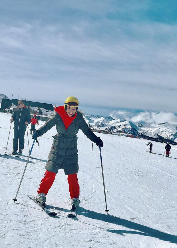 """Trượt tuyết cần đến đôi giày đặc biệt để có thể di chuyển trên nền tuyết xốp và lạnh. """"Đại ca ngựa hoang"""" trong Tháng năm rực rỡ vốn đanh đá, mạnh mẽ nhưng vẫn phải """"đầu hàng"""" trước bộ môn này. Dù chưa thể trượt điêu luyện trên những đồi tuyết trắng xóa vùng Val d'Aran, MC Hoàng Oanh vẫn yêu thích chuyến đi vì được ngắm khung cảnh tuyệt đẹp xung quanh."""