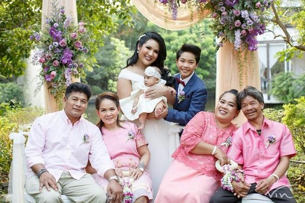 Đám cưới của cặp đôi được sự cho phép của 2 bên gia đình.