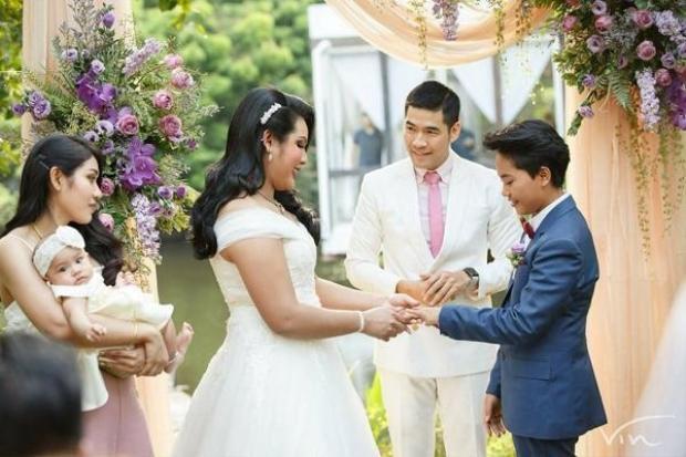 Cặp đôi trao nhẫn và lời thề hôn ước.