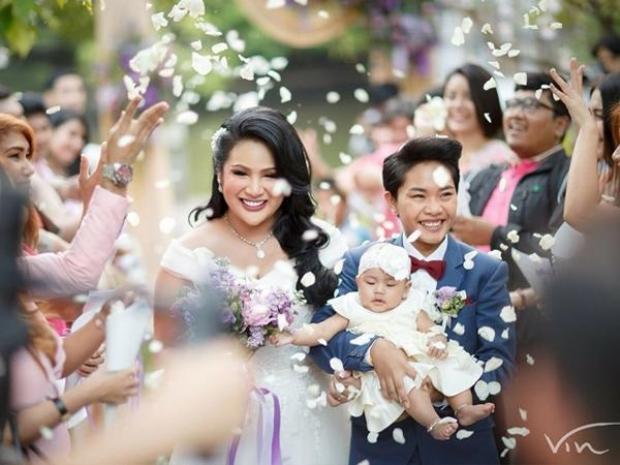 Cặp đôi hạnh phúc trong ngày cưới dù chưa được luật pháp cho phép.