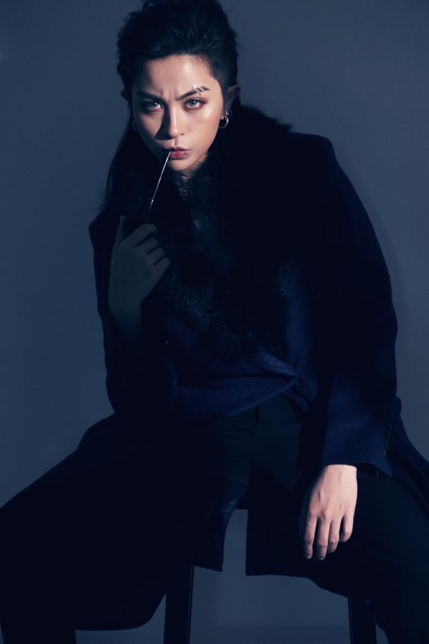 Bối cảnh thực hiện bộ ảnh cũng là một studio tối giản nhằm tôn lên vẻ đẹp phi giới tính của nữ ca sĩ.