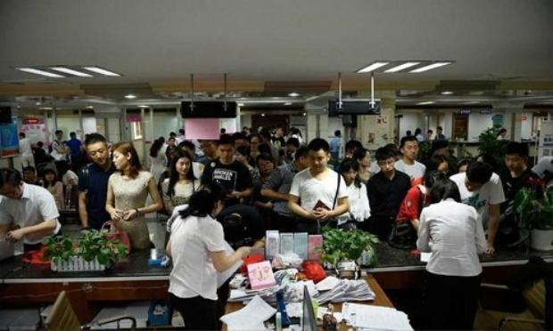 Phụ huynh Trung Quốc đồng loạt nộp đơnly hôn vào cuối tháng 6 hàng năm. Ảnh:Sohu
