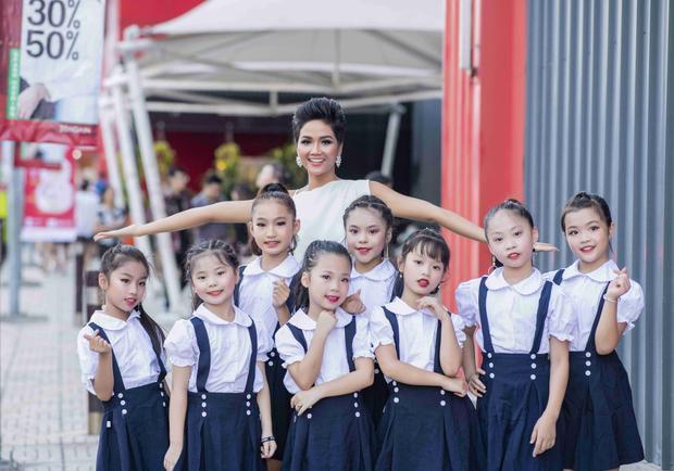 Là một người quan tâm đến các vấn đề cộng đồng, đặc biệt là với trẻ em nên Hoa hậu H'Hen Niê được rất nhiều em nhỏ yêu quý và xin chụp ảnh lưu niệm cùng. Một vài em còn bật mí muốn sau này trở thành hoa hậu giống cô, làm nhiều việc tích cực cho cộng đồng, xã hội.