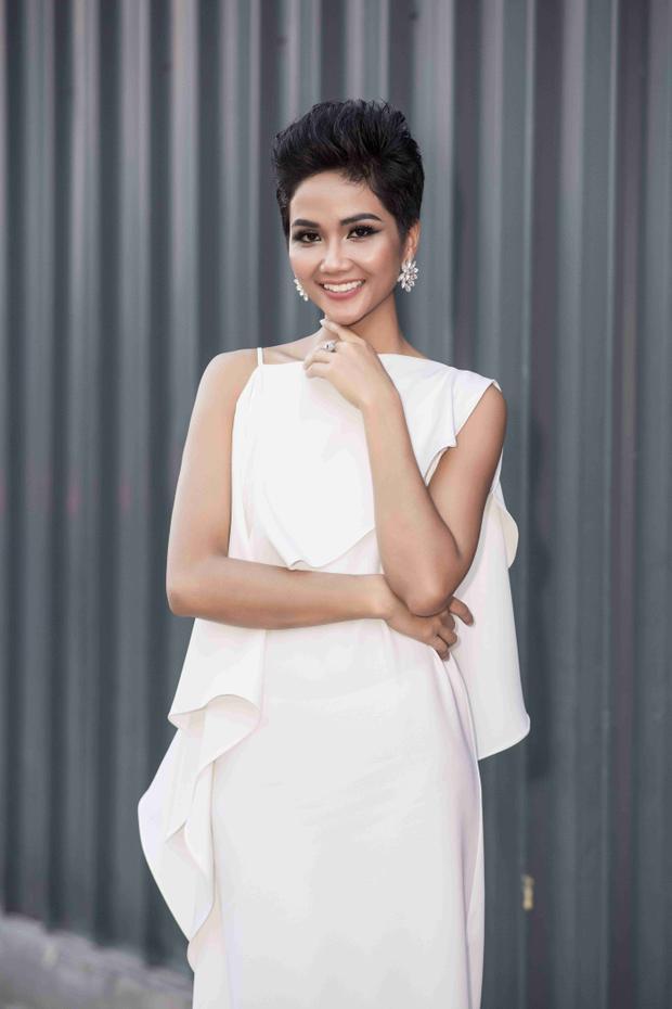 Diện chiếc váy trắng thanh lịch, nàng hậu khoe nhan sắc rạng rỡ, ai nhìn cũng phải đắm say.