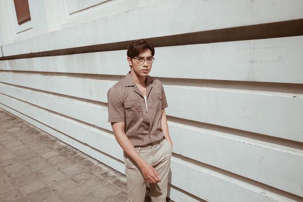 Combo màu đất từ áo với quần chuyển sắc là cách giúp người mẫu Thuận Nguyễn trở nên nổi bật.