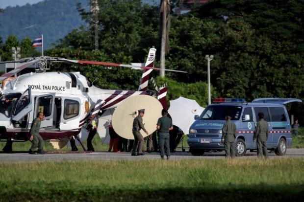 Thành viên đội bóng nhí được đưa từ một trực thăng quân sự tới xe cứu thương sau khi đội cứu hộ đưa em rời khỏi hang thành công chiều nay. Ảnh: Reuters.