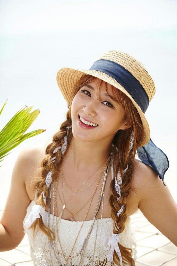 Yuri phá cách khi tết tóc cùng ren trắng.
