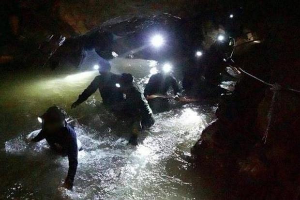 Các thợ lặn vào hang giải cứu đội bóng.