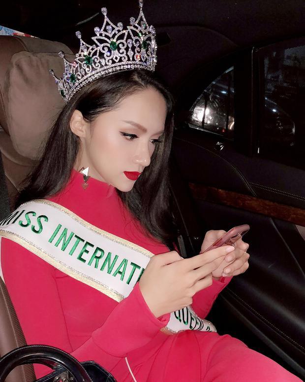 """Nhiều khoảnh khắc """"chụp lén"""" mà vẫn đẹp khác của hoa hậu Hương Giang: bấm điện thoại cũng đẹp…"""