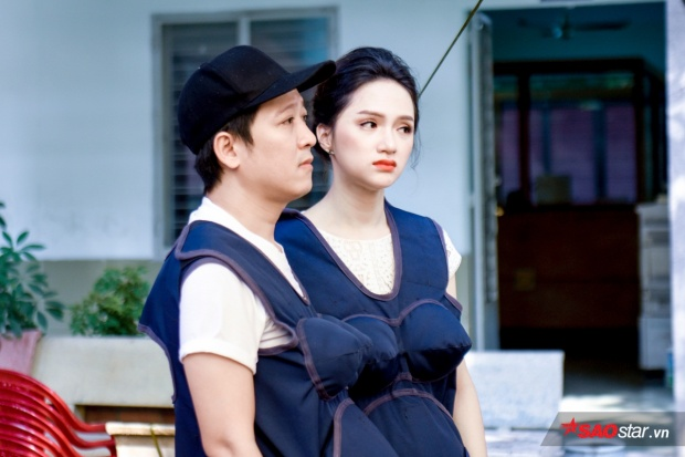 Gia đình Song Giang nghẹn ngào khi đến thăm các em nhỏ ở mái ấm.