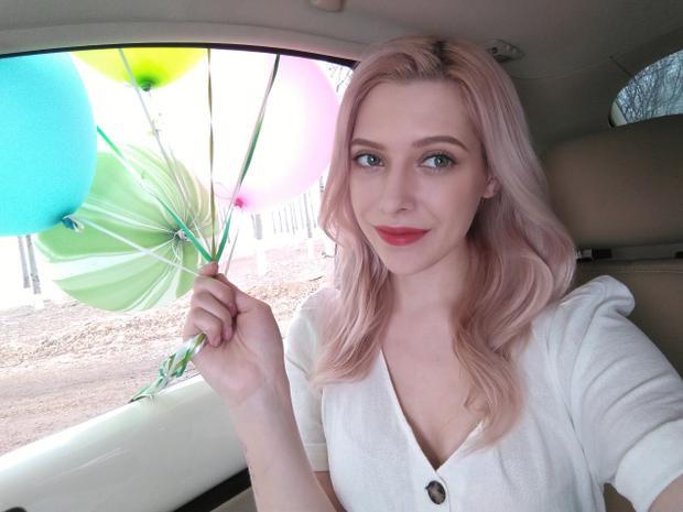 Camera trước của máy với Selfie Toning Light được trang bị thêm tính năng Beauty cho khả năng làm đẹp ấn tượng khi chụp chân dung.