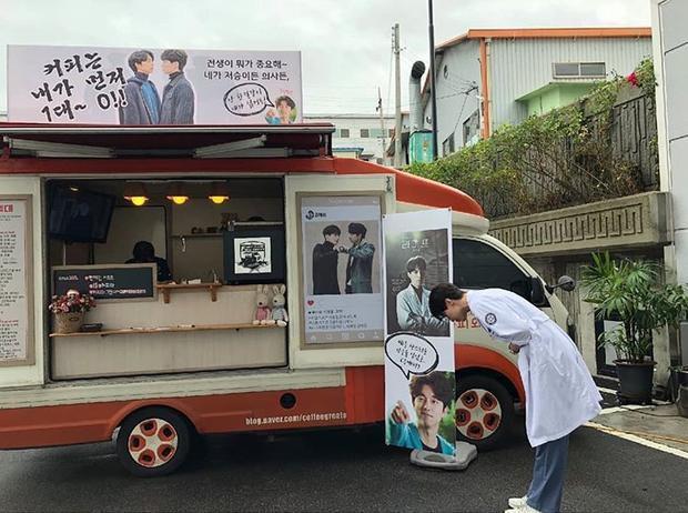 Yêu tinh Gong Yoo gửi xe cà phê kèm lời nhắn chọc ghẹo thần chết Lee Dong Wook vào sinh nhật mình