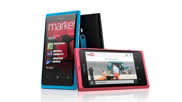 Lumia 800 - sản phẩm đầu tiên của Nokia chạy Windows Phone có nhiều điểm tương đồng với N9