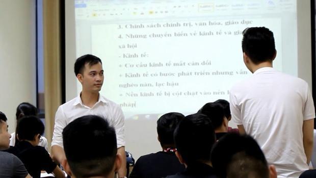 Thầy Tạ Quang Quyết nhiều năm liền tổ chức ôn thi miễn phí cho học sinh. Ảnh: Kiều Trang.