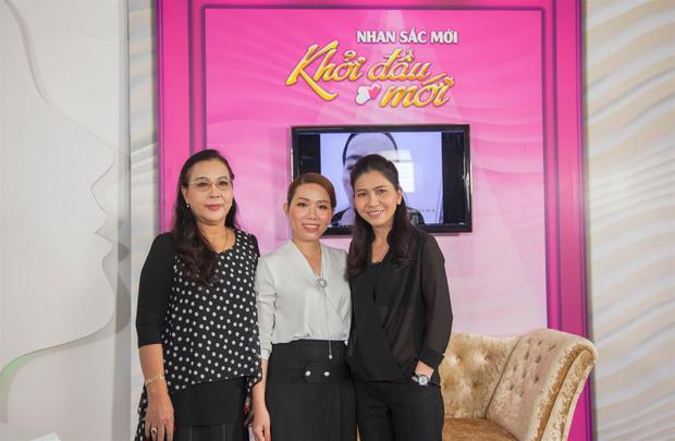 Cô Cúc tự tin xuất hiện trong chương trình cùng với diễn viên Thụy Mười và Bác sĩ da liễu Bệnh viện JW Vũ Thị Minh Nhật.