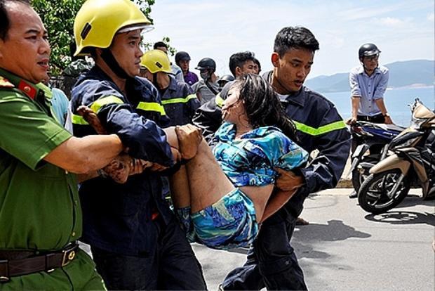Sau gần 1 giờ đồng hồ, lực lượng chức năng đã giải cứu được cô gái. Ảnh: VNE.