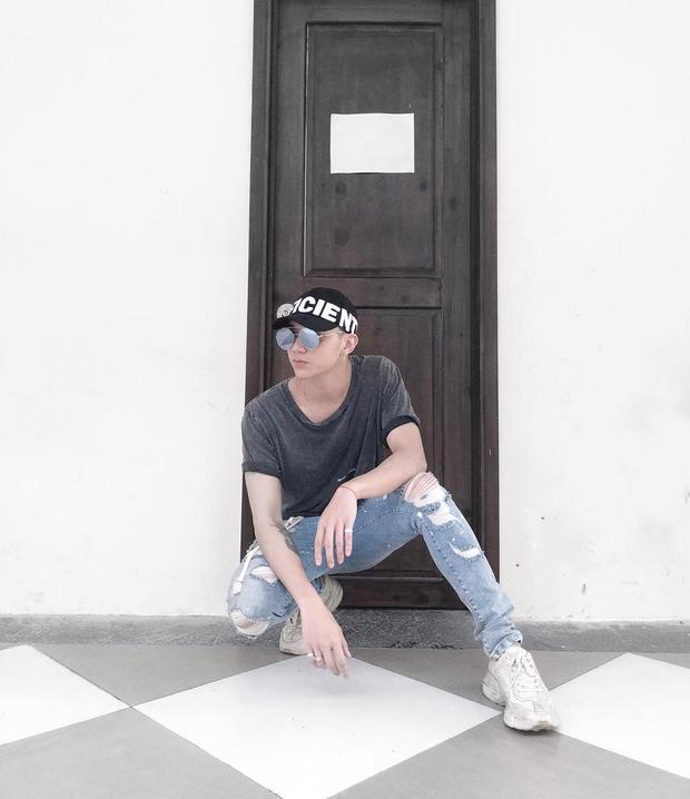 """Nếu không biết mặc gì hôm nay, các chàng trai cứ thử tìm một chiếc nón nổi bật như Soobin Hoàng Sơn là nắm chắc phần """"tỏa sáng"""" khi xuống phố."""