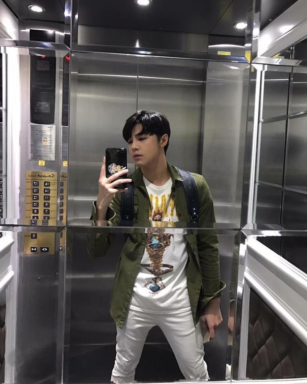 Phải rất lâu rồi, Noo Phước Thịnh mới đăng ảnh street style. Nam ca sĩ sử dụng chiếc áo khoác nâu, làm nổi bật cả set đồ cùng màu tông basic bên trong.