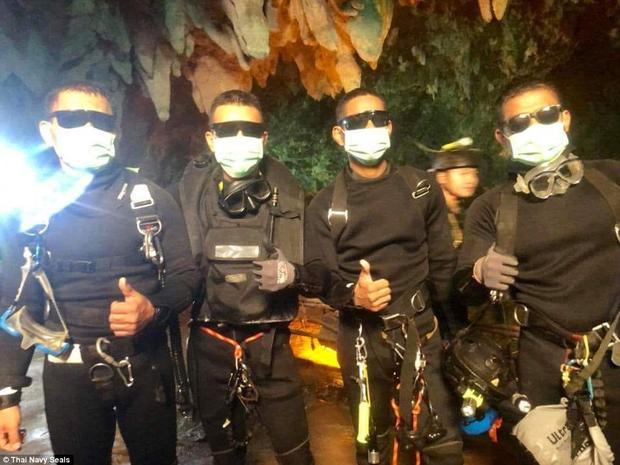 4 thành viên của đội cứu hộ trực tiếp tham gia giải cứu đội bóng cũng đã ra ngoài an toàn.