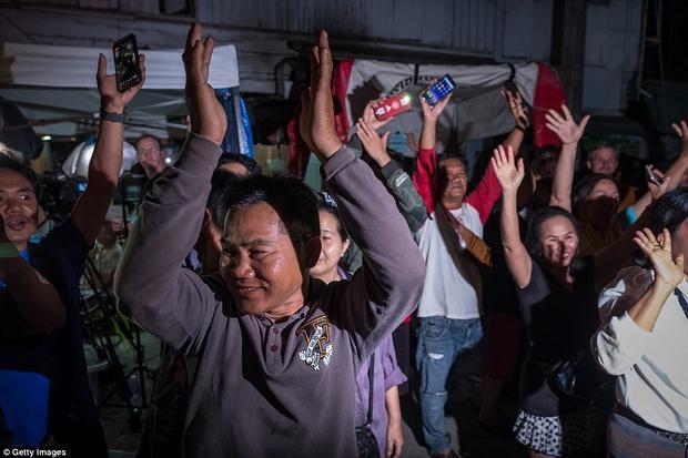 Người dân tập trung ăn mừng trước bệnh viện Chiangrai Prachanukroh khi chiếc xe cứu thương chở những thành viên cuối cùng của đội bóng xuất hiện.