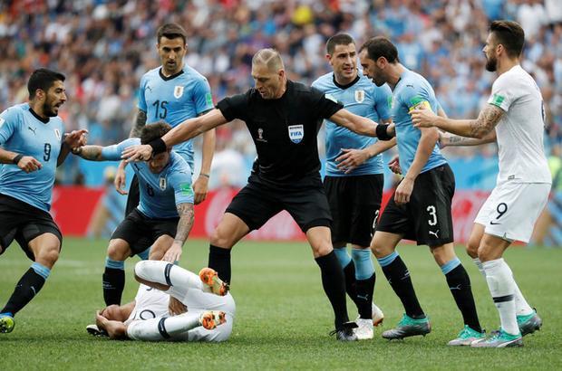 Mbappe ăn vạ trước Uruguay. Ảnh: Reuters