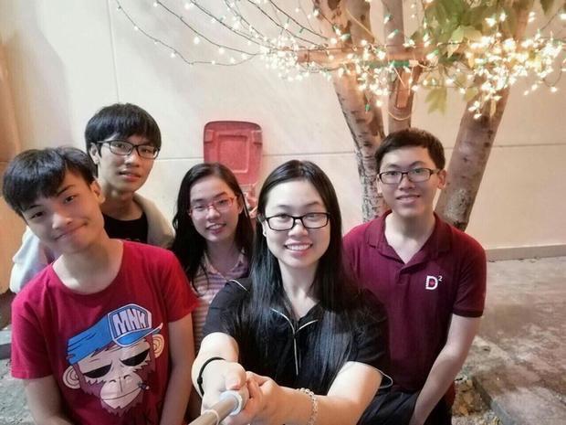 Nguyễn Trần Công Đạt (ngoài cùng bên phải) cho biết em rất ít chụp ảnh. Đây là một trong những tấm hiếm hoi Đạt chụp cùng bạn bè (ảnh NVCC)