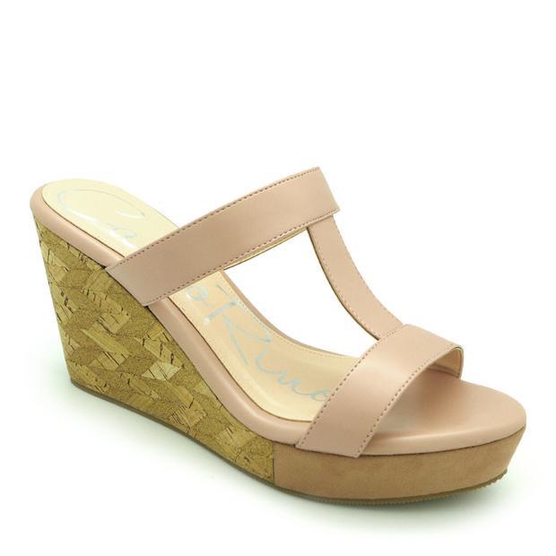 """Kiểu giày đế xuồng với phần gót dốc vừa phải sẽ là lựa chọn hoàn hảo cho các """"mẹ bầu"""" khi xuống phố."""