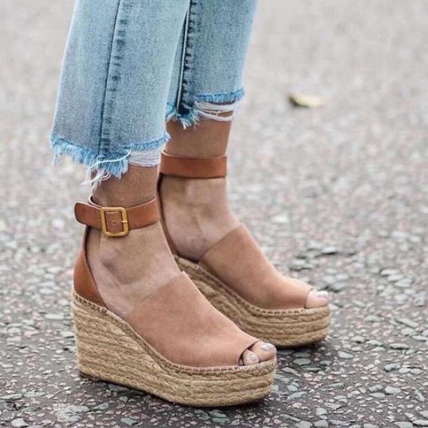 """Không quá """"lêu khêu"""" khó di chuyển như giày gót nhọn, giày đế xuồng đem lại cảm giác an toàn. Ngoài ra, các nàng nên lưu ý chọn những thiết kế có phần quai ôm ngay mắt cá chân nhằm tăng độ chắc chắn."""