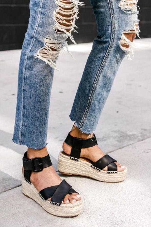 """Những đôi giày này thường có phần đế thoai thoải, rất dễ đi, không hề gây đau chân và ảnh hưởng đến cột sống của """"mẹ bầu""""."""