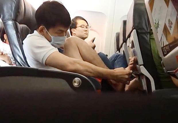 Người đàn ông trẻ này đã bị bắt gặp cắt da chết từ chân của mình trên một chuyến bay đến Hà Nội.