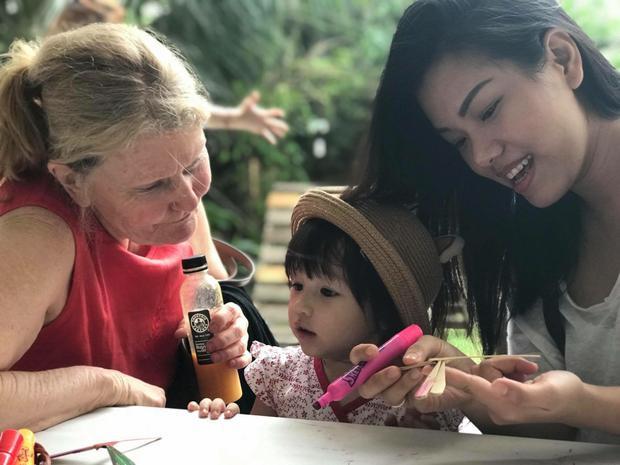 Điều khó khăn nhất với nữ ca sĩ tại quê chồng chính là văn hoá, hoàn cảnh và xã hội khác xa so với Việt Nam nhưng cứ trở về nhà mẹ chồng thì cô lại có cảm giác như là ở nhà mình ở Việt Nam.