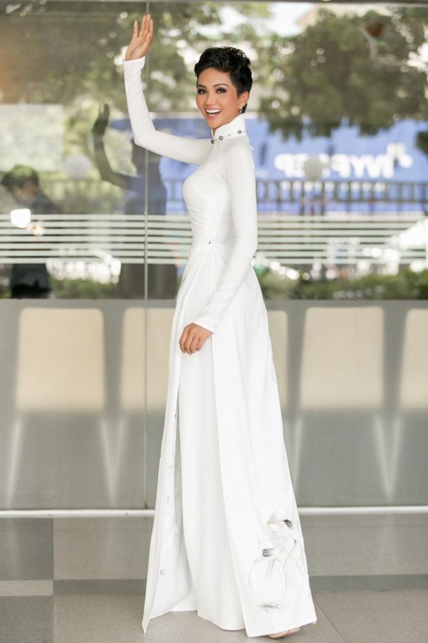 Tà áo dài trắng này chắc sẽ không nổi bật đến thế nếu thiếu món phụ kiện duyên dáng.