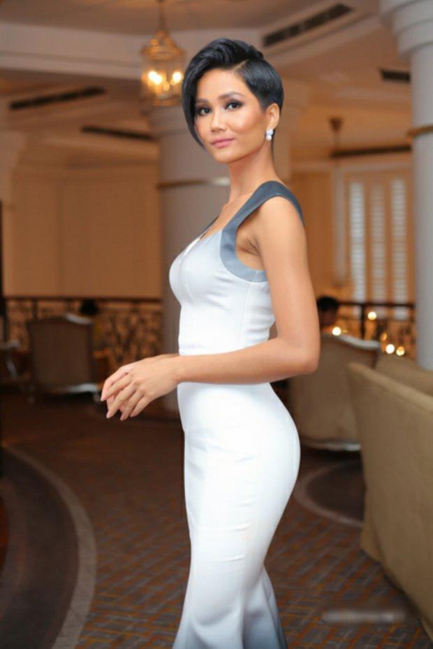 Bộ váy ombre rất đúng mốt cũng phải được chuyển từ tông màu trắng.
