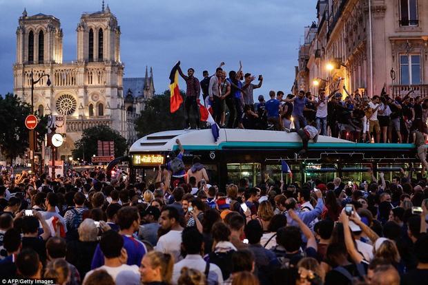 """Đám đông bất chấp nguy hiểm, chen chúc nhau để có được vị trí """"khiến ai cũng phải ngước nhìn"""". Ảnh: AFP"""