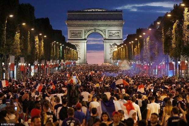 Hòa chung không khí chiến thắng, tại Pháp, các cổ động viên đổ xô ra đường ăn mừng. Ảnh: Reuters