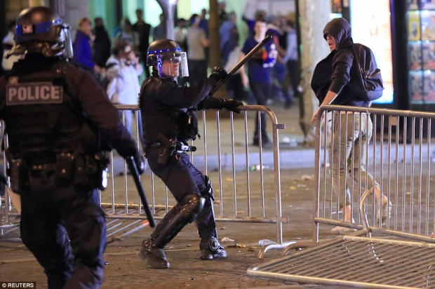 Cảnh sát đã có một ngày làm việc khá vất vả. Ảnh: Reuters
