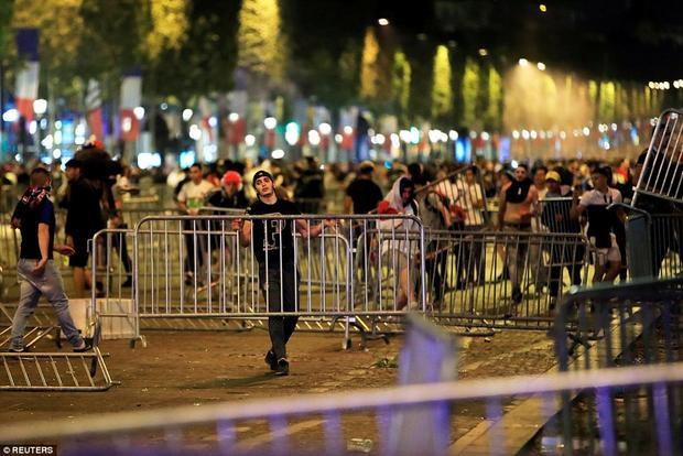 Thậm chí còn tự di chuyển các hàng rào chắn để thuận tiện đi lại. Ảnh: Reuters