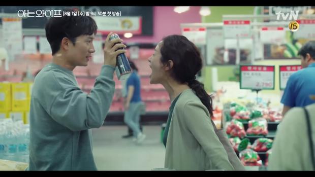 Teaser Familiar Wife: Ji Sung khóc sưng mắt trước màn thiên nga hóa vịt xấu xí của Han Ji Min